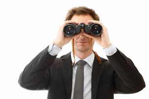 Man looking through binocularsの写真素材 [FYI02191308]