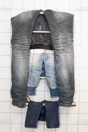 Drying jeansの写真素材 [FYI02191386]