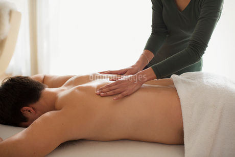 Man receiving back massageの写真素材 [FYI02191415]