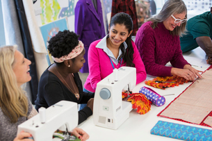 Fashion designers using sewing machinesの写真素材 [FYI02191438]