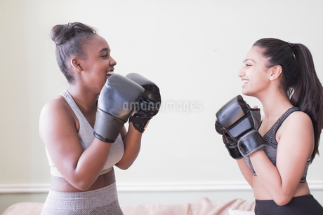 Tween girls boxingの写真素材 [FYI02191473]