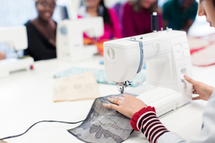 Female fashion designer working at sewing machineの写真素材 [FYI02191591]