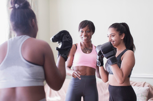 Mother and daughters boxingの写真素材 [FYI02191594]