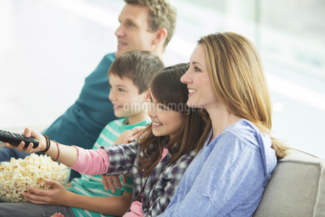 Family watching television in living roomの写真素材 [FYI02191642]