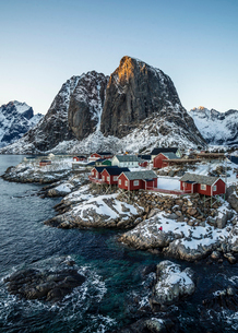 Tranquil snow covered waterfront fishing village and cliffs, Hamnoy, Lofoten Islands, Norwayの写真素材 [FYI02191669]
