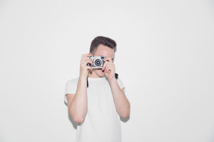 Teenage boy using retro cameraの写真素材 [FYI02191740]