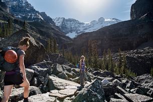 Women hiking in majestic, craggy mountain landscape, Yoho Park, British Columbia, Canadaの写真素材 [FYI02191806]