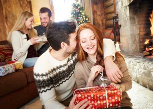 Couple exchanging gifts on Christmasの写真素材 [FYI02191881]