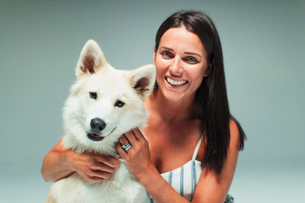 Portrait smiling woman with dogの写真素材 [FYI02191893]
