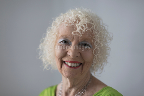 Portrait happy, confident senior womanの写真素材 [FYI02191912]