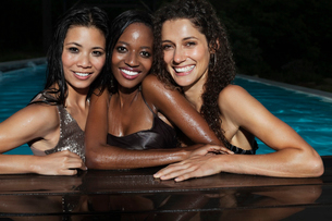 Fully dressed women in swimming poolの写真素材 [FYI02191920]