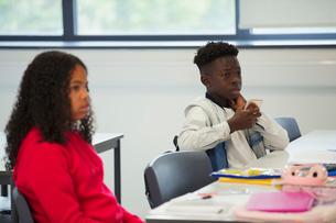 Junior high school students listening in classroomの写真素材 [FYI02191933]