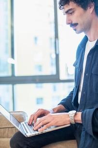 Man using laptopの写真素材 [FYI02191949]