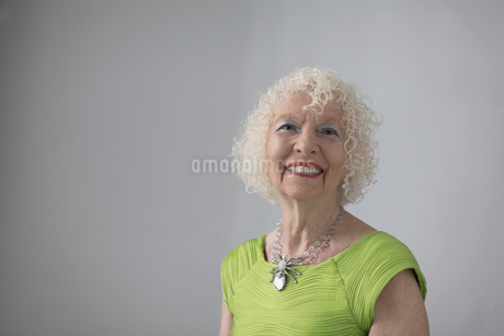 Portrait carefree, confident senior womanの写真素材 [FYI02192015]