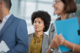 Attentive businesswoman listening in meetingの写真素材 [FYI02192164]