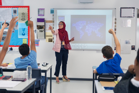 Female teacher in hijab leading lesson, calling on students in classroomの写真素材 [FYI02192283]