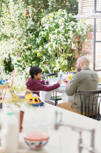Father and son coloring at tableの写真素材 [FYI02192309]