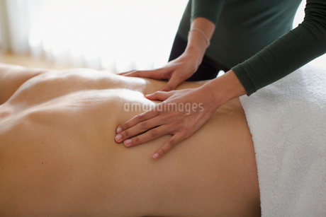 Man receiving back massageの写真素材 [FYI02192327]