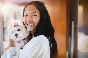 Portrait happy young woman with dogの写真素材 [FYI02192365]