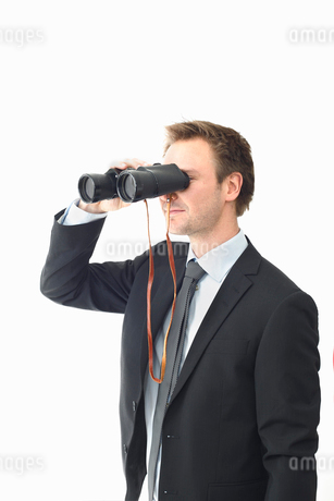 Man looking through binocularsの写真素材 [FYI02192662]