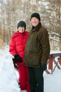 Sweden, Stockholm, Senior couple enjoying winter walkの写真素材 [FYI02192673]