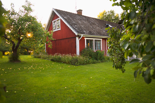 Sweden, Smaland, Klacklinge, Small house and domestic gardenの写真素材 [FYI02192822]