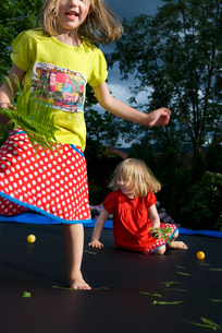 Sweden, Two girls (4-5) jumping on trampolineの写真素材 [FYI02192832]