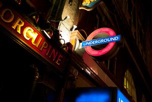 England, London, illuminated underground sign at nightの写真素材 [FYI02192851]