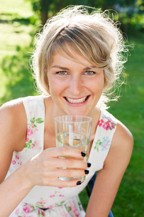 Sweden, Vastergotland, Boras, Young woman enjoying cold drinの写真素材 [FYI02192870]