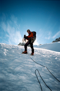 Peru, Andes, Hiker in winter mountainsの写真素材 [FYI02193000]