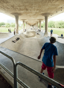 Sweden, Stockholm, Young men skateboarding under bridgeの写真素材 [FYI02193057]