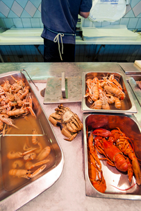 Sweden, Goteborg, Feskekorka, Close up of seafood in marketの写真素材 [FYI02193260]