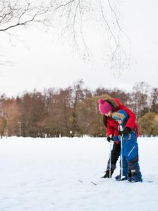 Finland, Helsinki, Boy (4-5) learning to skiの写真素材 [FYI02193265]