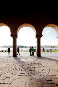 Sweden, Stockholm, View of riverbank through archの写真素材 [FYI02193295]