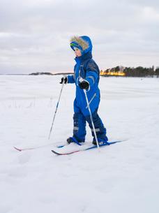 Finland, Helsinki, Portrait of boy (4-5) learning to skiの写真素材 [FYI02193310]