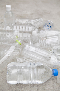 Group of empty plastic bottles, studio shotの写真素材 [FYI02193355]