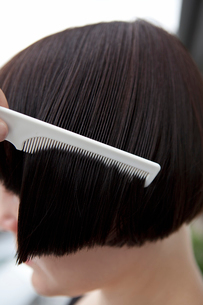 Side view of mid adult woman combing wet hairの写真素材 [FYI02193358]
