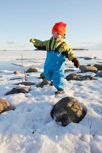 Finland, Helsinki, Drumso, Portrait of boy (2-3) in warm cloの写真素材 [FYI02193446]