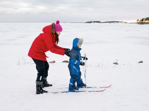 Finland, Helsinki, Boy (4-5) learning to skiの写真素材 [FYI02193605]
