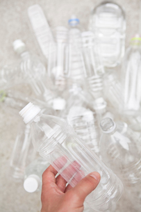 Group of empty plastic bottles, studio shotの写真素材 [FYI02193631]