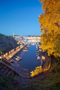 Sweden, Goteborg, Marina at nightの写真素材 [FYI02193681]