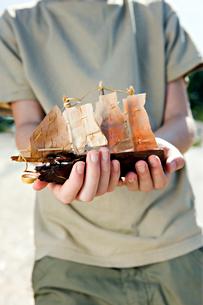 Finland, Hogsara, Boy ( 10-11 ) holding ship modelの写真素材 [FYI02193784]
