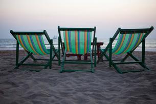 Thailand, Koh Lanta, Rear view of deck chairs on sandy beachの写真素材 [FYI02193791]