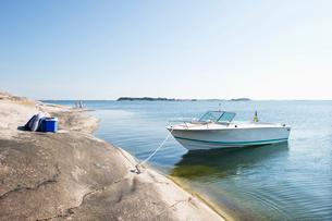 Sweden, Sodermanland, Stockholm Archipelago, Varmdo, Moored motor boat at sunny day and tourists (4-の写真素材 [FYI02193928]