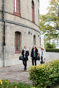 Sweden, Vastra Gotaland, Gothenburg, School of Business, Economics and Law, View of young women walkの写真素材 [FYI02193961]