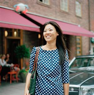 Sweden, Stockholm, Ostermalm, Eriksbergsgatan, Mid-adult woman smilingの写真素材 [FYI02194180]