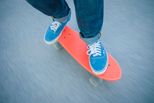 Sweden, Vastergotland, Low section of man skateboardingの写真素材 [FYI02194500]