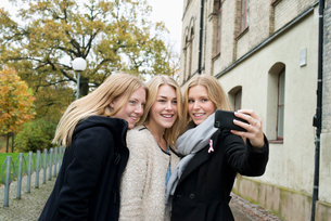 Sweden, Vastra Gotaland, Gothenburg, School of Business, Economics and Law, Attractive young women mの写真素材 [FYI02194561]