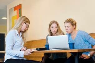 Sweden, Vastra Gotaland, Gothenburg, School of Business, Economics and Law, Young women using laptopの写真素材 [FYI02194673]