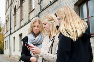 Sweden, Vastra Gotaland, Gothenburg, School of Business, Economics and Law, Attractive young women cの写真素材 [FYI02194682]
